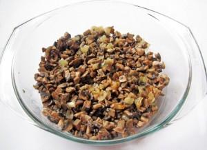 Нарежьте и поджарьте грибы и лук