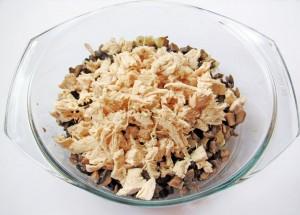 Добавьте куриное филе к грибам