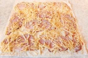 Посыпьте лаваш сыром