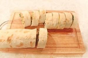 Нарежьте закуску из лаваша на кусочки