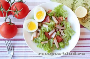 Салат с балыком, помидором и яйцом