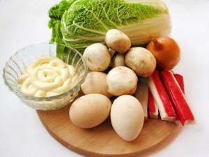 Продукты для салата с капустой и крабовыми палочками