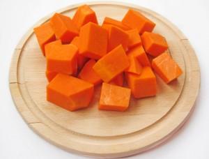 Тыква и морковь, нарезанные кубиками