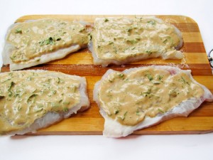 Смажьте рыбу соусом