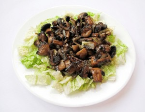 Пекинская капуста с грибами в тарелке