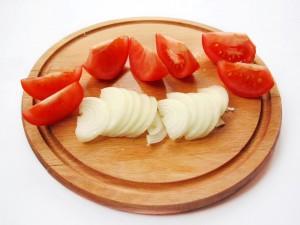 Нарежьте лук и помидоры