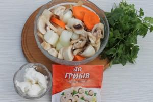 Нарежьте овощи и грибы
