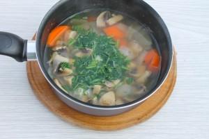 Добавьте зелень с грибной суп