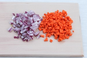 Нарежьте лук и морковь