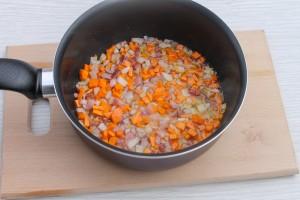 Лук и морковь в сотейнике