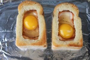 Запеките яичницу в хлебе в духовке