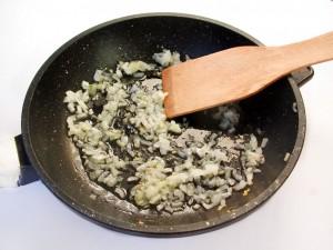 Нарежьте и обжарьте лук