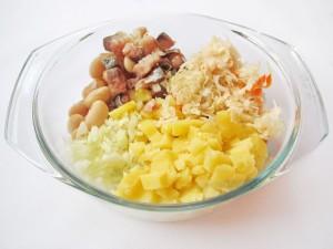 соедините все продукты для зимнего салата