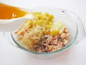 Заправьте салат растительным маслом
