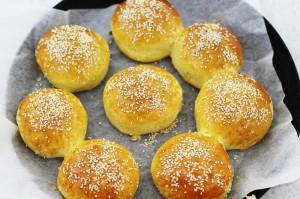 Готовые булочки с кунжутом из духовки