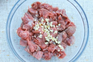 Чеснок добавьте к мясу