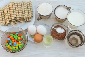 Ингредиенты для бсквитного торта с конфетами