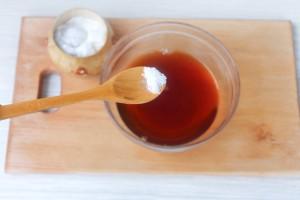 Добавьте соль и сахар в чай
