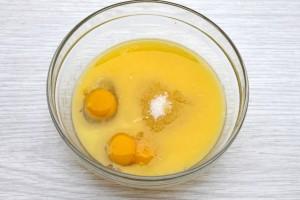 Смешайте масло с яйцами
