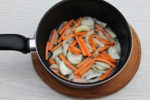 Поджарьте лук и морковь