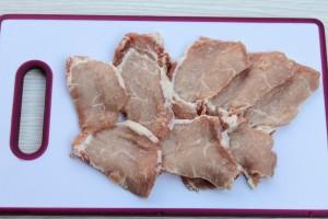 Нарежьте свинину