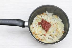 Обжарьте лук с томатной пастой