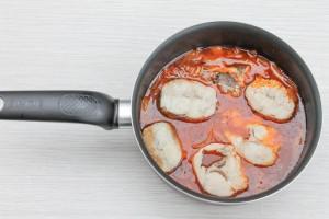 Тушите хек в томатном соусе