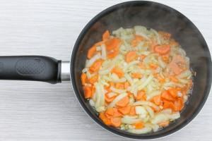 Обжарьте лук и морковь