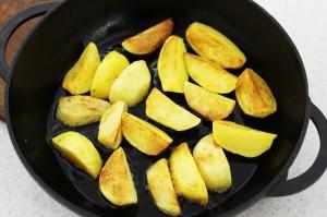 нарежьте и обжарьте картофель