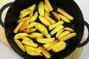 Обжарьте картошку