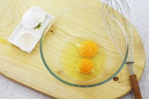 Взбейте яйца венчиком
