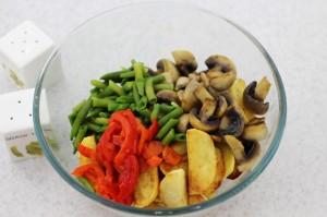 смешайте грибы, фасоль и картофель