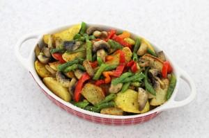 Поместите овощи в форму для запекания