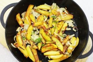 Жареный картофель с луком и укропом