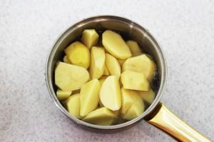Отварите картофель до готовности