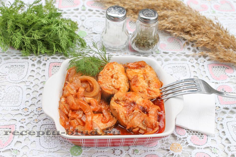 Тушеный хек в томатном соусе