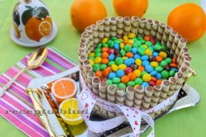 Бисквитный шоколадный торт с конфетами M&M's