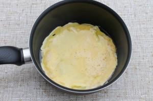 Влейте в сотейник половину яиц