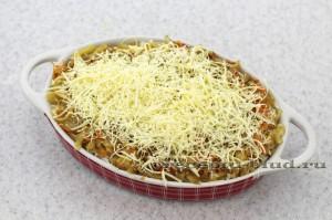 Посыпьте натертым сыром