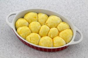 Смажьте тесто яичным желтком