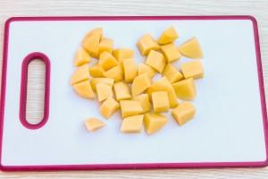 Разрежьте картофель на 6-8 частей