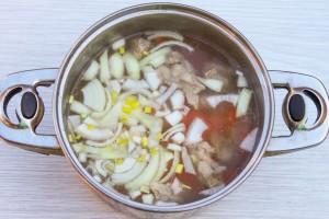 Добавьте овощи в кастрюлю