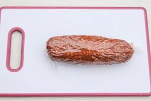 Сверните сладкую массу в колбаску