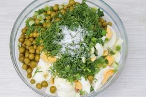 Соедините все продукты в салатнике