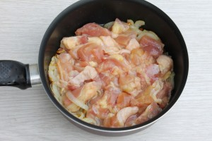 Обжарьте курицу с луком