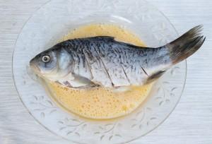 Мокните рыбу в яйцо