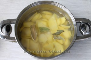 залейте картофель водой и отварите до готовности