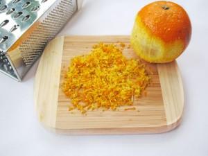 Натрите апельсиновую цедру