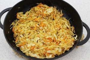 Обжарьте квашеную капусту