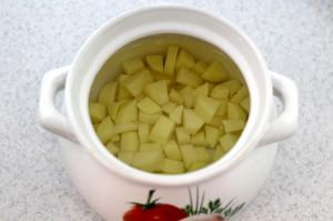Очистите и нарежьте картофель